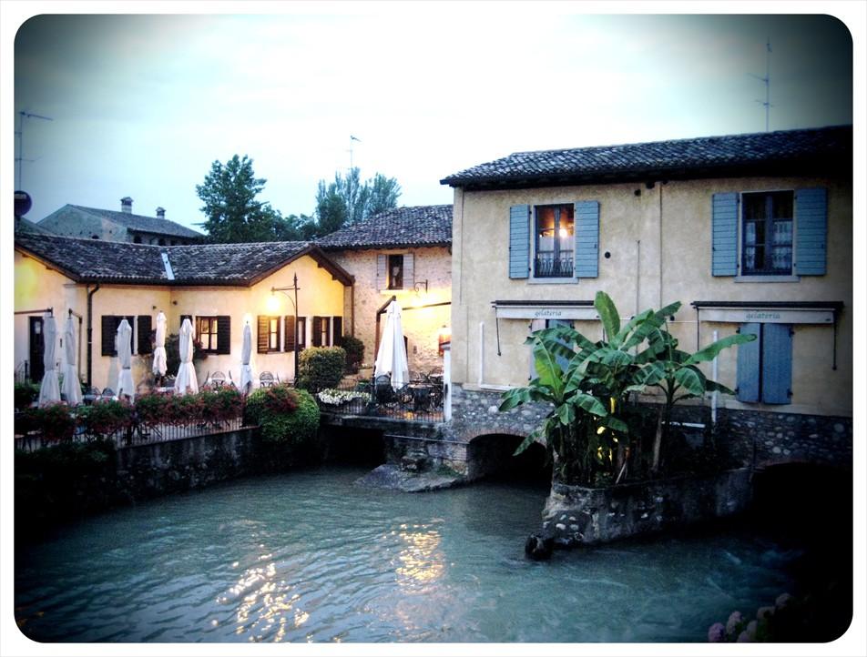Qui viaggi fuga romantica la finestra sul fiume - La finestra sul giardino ...