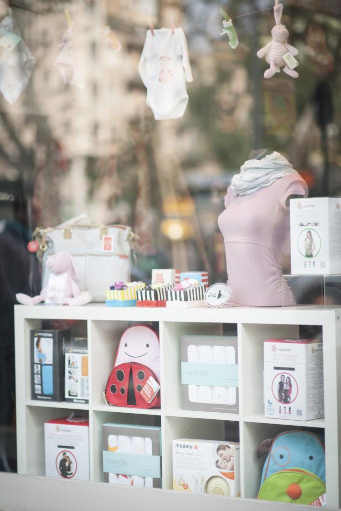 La colorata vetrina di The Milk Bar Milano