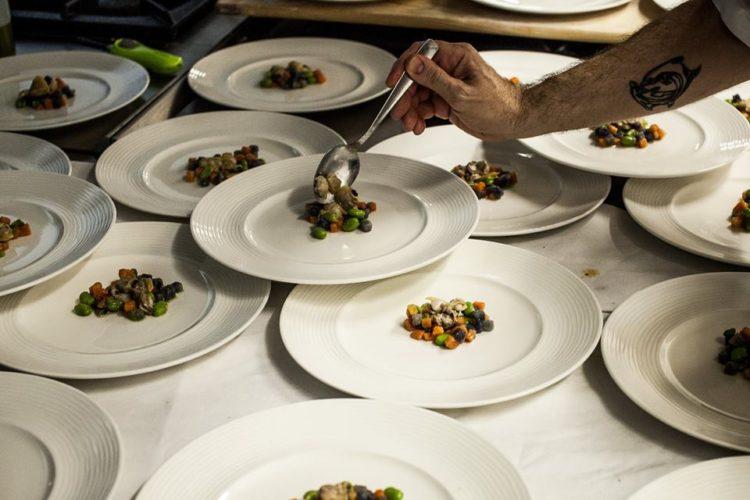 Nascostoposto - lo chef completa i piatti in uscita dalla cucina