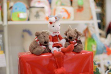 Due regali che non possono mancare sotto l'albero? Un gioco in legno e un peluche, due grandi classici tra le strenne natalizie.