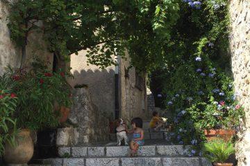 Arroccato ai piedi delle Alpi Marittime si trova il piccolo villaggio fortificato di Saint Paul de Vence: un concentrato di arte, prodotti tipici provenzali e sfide a pétanque.