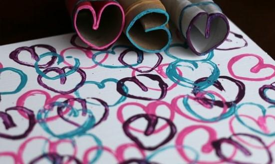Basta un tubo di cartone per creare dei divertenti timbri a forma di cuore e decorare romantici biglietti d'auguri o tovagliette all'americana.