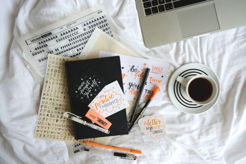 Letto con appunti e caffè
